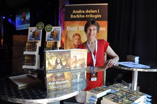 Bodil Mårtensson tillsammans med de två första böckerna i Barkhe-trilogin.